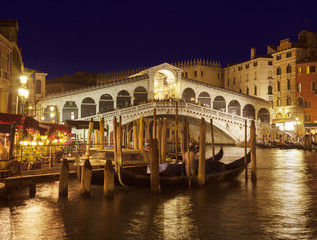 Italien, Venedig, Gondeln auf Canal Grande an der Rialto- Brücke