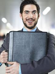 Geschäftsmann halten Aktenkoffer am Flughafen