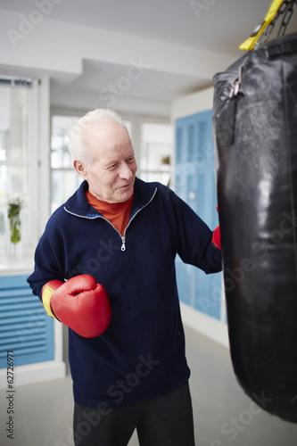 Deutschland, Düsseldorf, Mann mit Boxen Handschuh und Boxsack