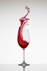 Rotwein im Glas Champagner