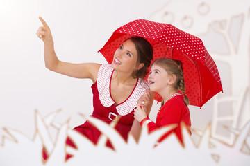 Mutter und Tochter unter Regenschirm