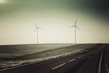 Deutschland, Sachsen, Blick auf leere Straße mit Windturbine