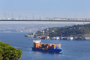 Türkei, Istanbul, Ansicht der Fatih-Sultan- Mehmet -Brücke und Frachtschiff auf Bosporus
