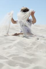 Deutschland, Amrum, Junge spielt mit Sand