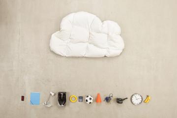 Kissen in Wolkenform mit Vielzahl von Produkten