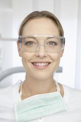 Deutschland, Zahnarzt mit Schutzbrille in Zahnarztpraxis
