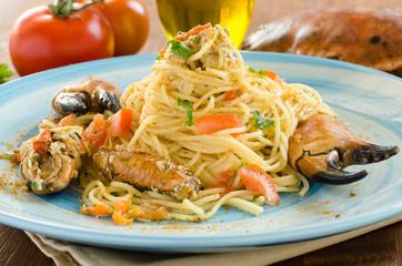 Spaghetti con granchio, bottarga, pomodoro e prezzemolo