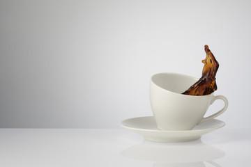 Tasse Kaffee spritzt