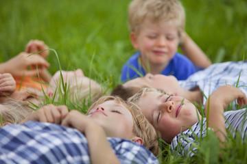 Germanny, Bayern, Gruppe Kinder, die in der Wiese liegend