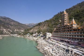 Indien, Uttarakhand, Rishikesh, Blick Swarg Niwas Tempel am Fluss Ganges
