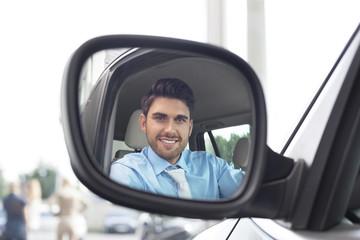 Beim Autohändler, Spiegelung des Menschen im Außenspiegel