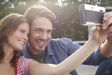 Deutschland, junges Paar fotografiert sich selbst
