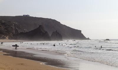Portugal, Surfer am Strand Praia do Amado
