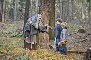 Deutschland, Mönchengladbach, Szene aus Märchen Hänsel und Gretel, Hexe, Apfel an die Kinder