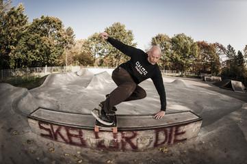 Deutschland, Düsseldorf, Mann springt auf Skateboard