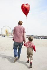 Deutschland, Bayern, München, Vater und Sohn gehen zu Oktoberfest