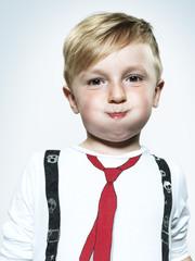 Porträt des kleinen Jungen bläst seine Wangen