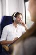 Mann mit Kopfhörern in einem Zug anlächeln Frau