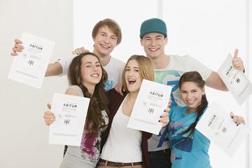 Junge Leute halten Abiturzeugniss