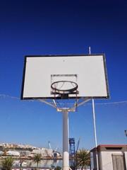 vecchi canestro da basket sulla spiaggia