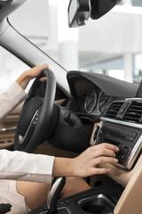 Beim Autohändler, Frau sitzt in Auto