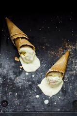 Geschmolzene Vanille Eiscreme in Waffeltüten mit Streuseln