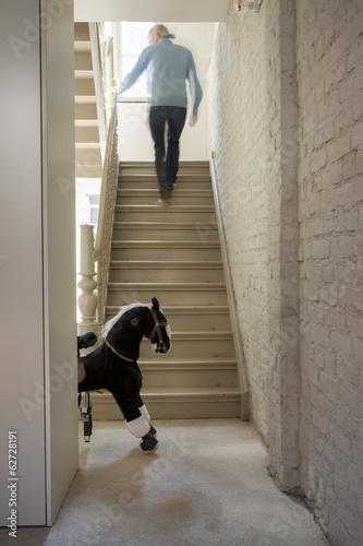 Mann bewegen sich Treppe