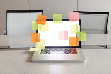 Polen, Warschau, Papiere, geöffneten Laptop mit viel farbige Klebeetiketten auf Konferenztisch im Hotel