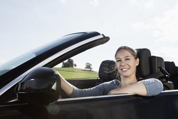 Deutschland, Bayern, Junge Frau im Auto
