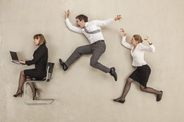 Geschäftsleute im Büro hinterher jagen