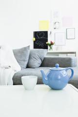 Deutschland, München, Teekanne mit Teetasse auf dem Tisch