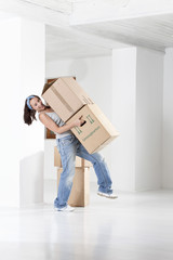 Junge Frau, die Kartons tragen