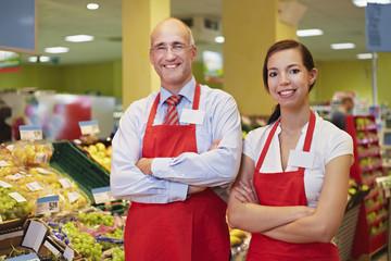 Deutschland, Köln, Mann und Frau, stehen im Supermarkt