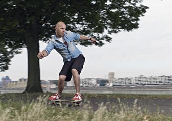 Deutschland, Köln, Mann auf Skateboard