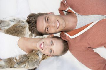 junges Paar, die Seite an Seite liegen