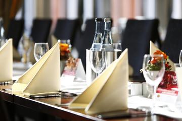 Deutschland, Baden-Württemberg, Heidelberg, Gedeckter Tisch mit Weinflaschen und Gläser