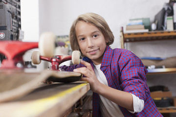Deutschland, Leipzig, Reparatur Junge Skateboard