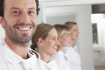 Deutschland, Zahnarzt und Unterstützung lächelnd