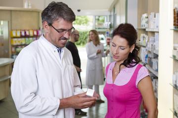 Deutschland, Brandenburg, Apotheker, zeigen Medizin einer Frau
