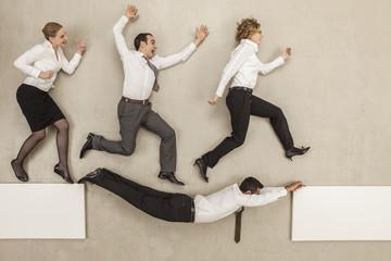 Geschäftsmann verbinden zwei Plattformen und Geschäftsleute überqueren sie