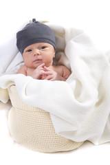 Baby im Beutel und Decke