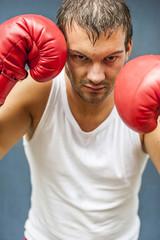 Boxer mit roten Boxhandschuhen kämpfen