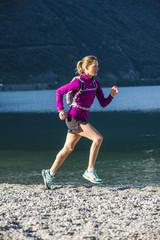 Italien, Frau Joggen am Gardasee