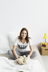 Frau sitzt mit Teddybär