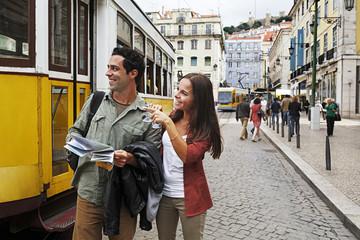 Portugal, Lissabon, Baixa, Rossio, junges Paar mit Stadtplan vor Straßenbahn