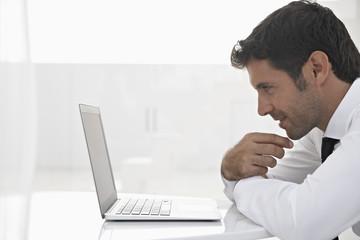 Spanien, Unternehmer denken, während Sie Laptop schaut