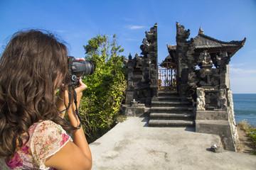 Indonesien, Tourist, die Foto von Batu Bolong Tempel