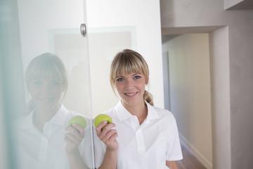 Deutschland, Zahnarzt mit grünen Apfel