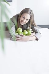 Deutschland, Köln, Geschäftsfrau mit grünen Äpfeln