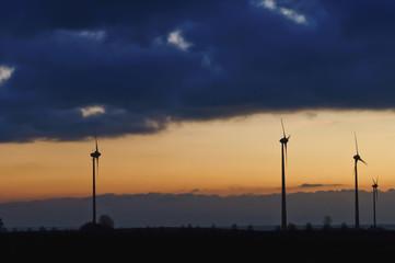 Deutschland, Sachsen, Ansicht der Windkraftanlage gegen bewölkten Himmel
